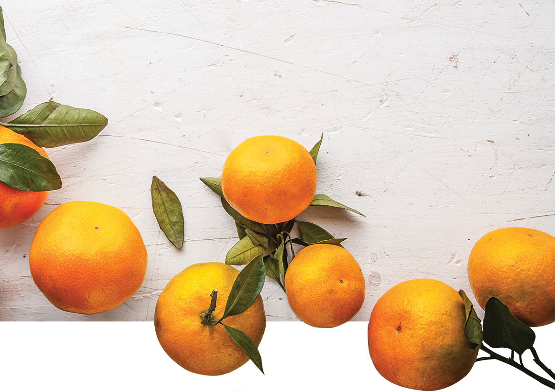 Mandarins-at-the-right-on-the-white-wooden-table-copy
