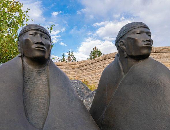 DU校园里的美国原住民雕像