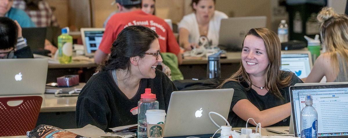 学生在图书馆用笔记本电脑