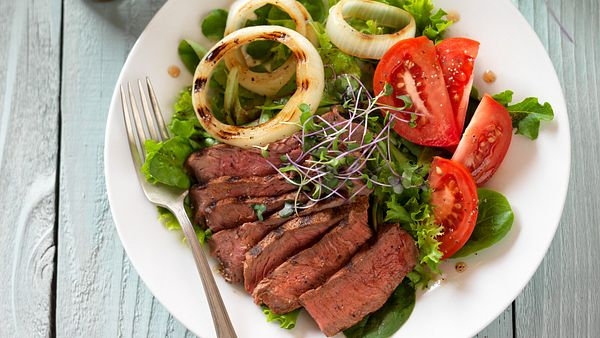 sirloin-steak-and-tomato-salad-horizontal