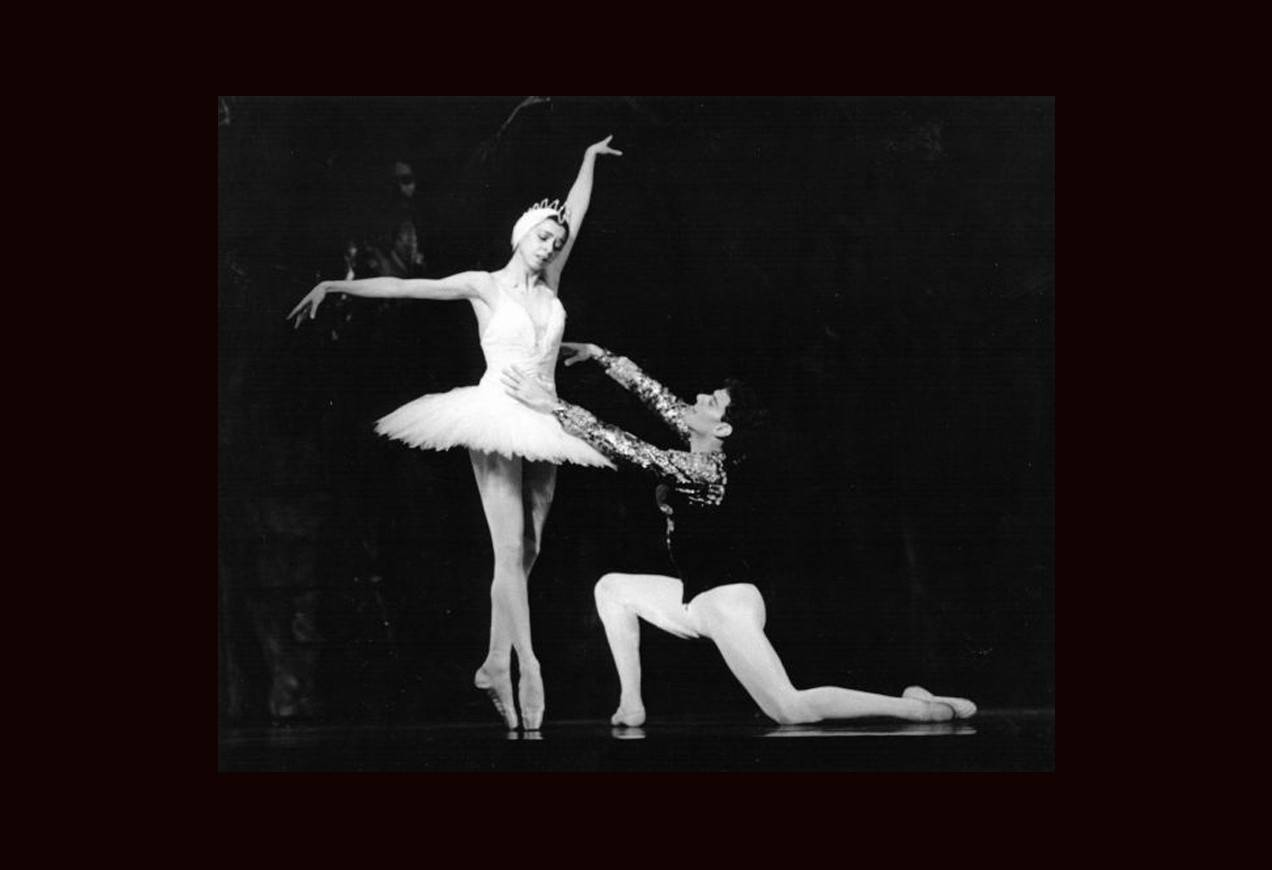 Nina Ananiashvili and Fernando Bujones in the Petipa-Sergeyev production of Swan Lake. Photo cy Ken Franckling, copyright 1990