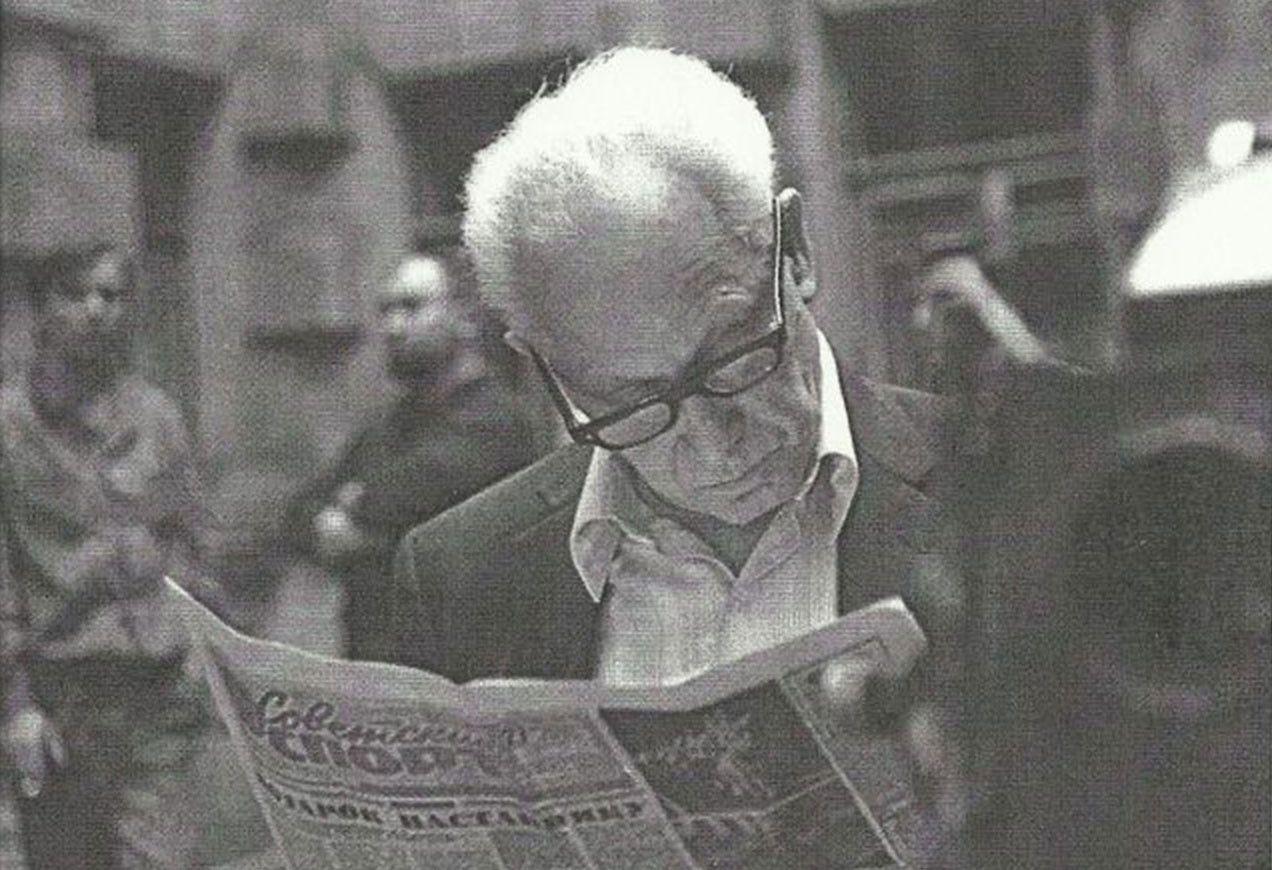 Leonid Yakobson reading a newspaper