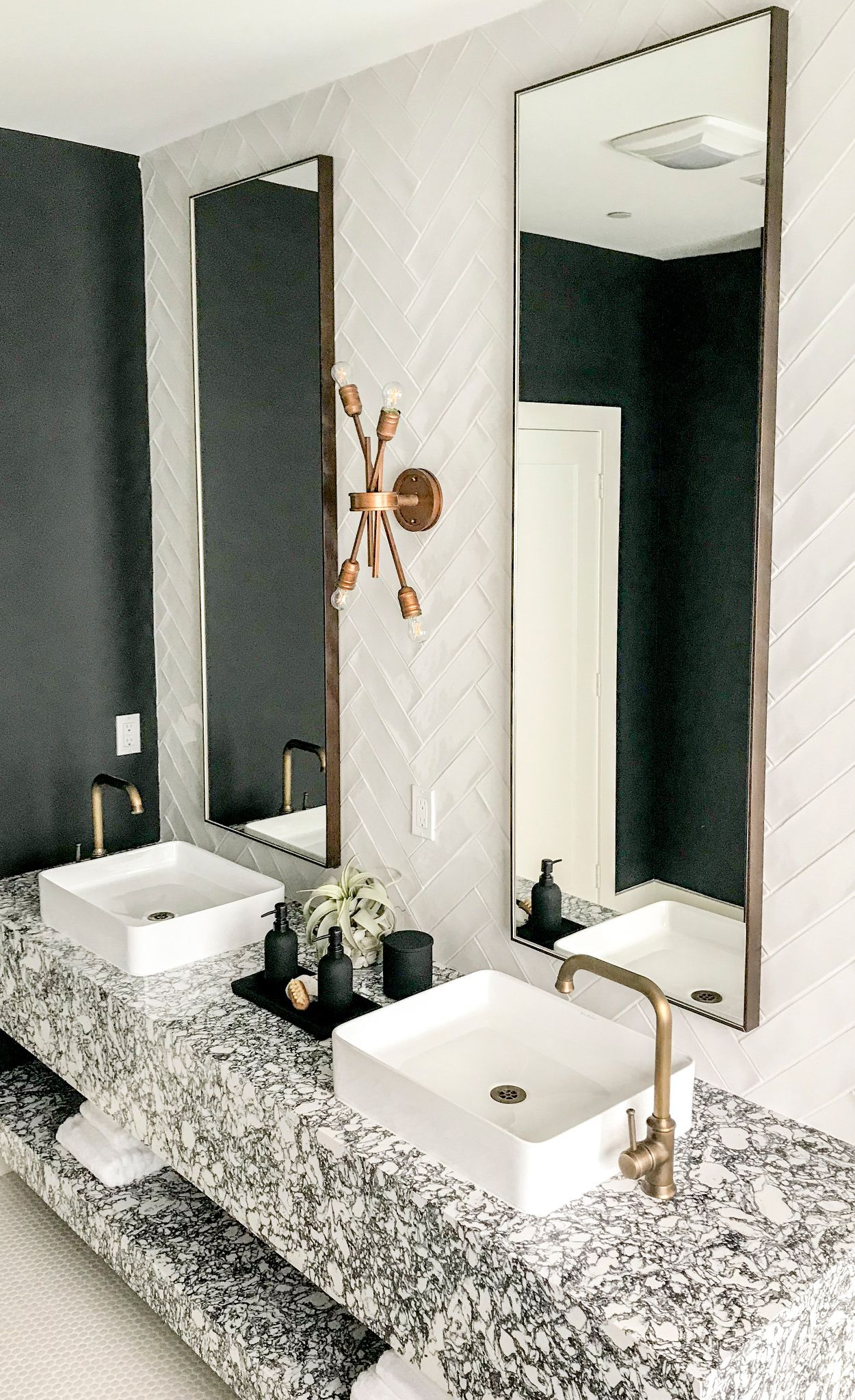 Black and white bathroom with Rose Bay™.