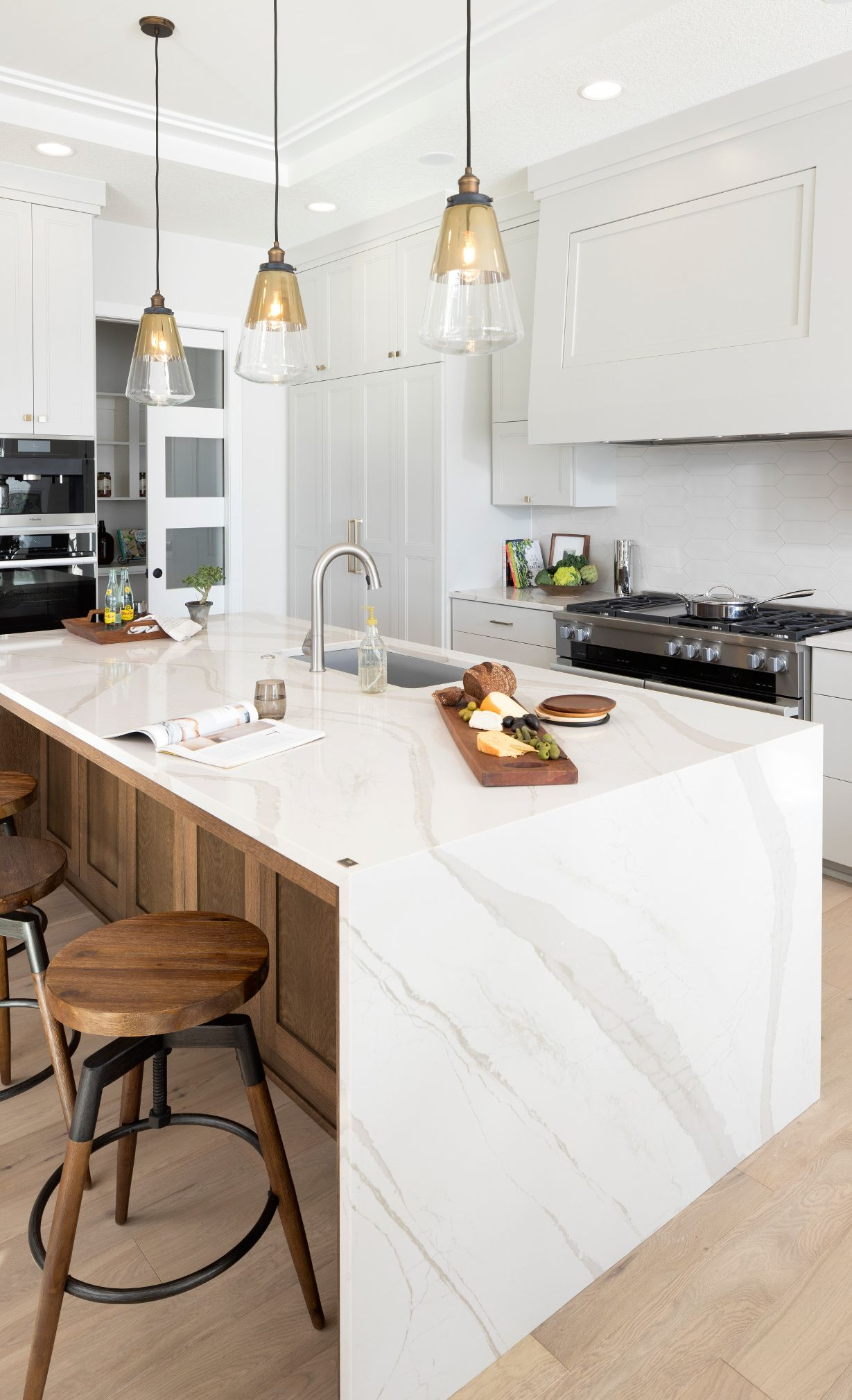 Cambria-Quartz-Countertop-Brittanicca-Warm-Kitchen