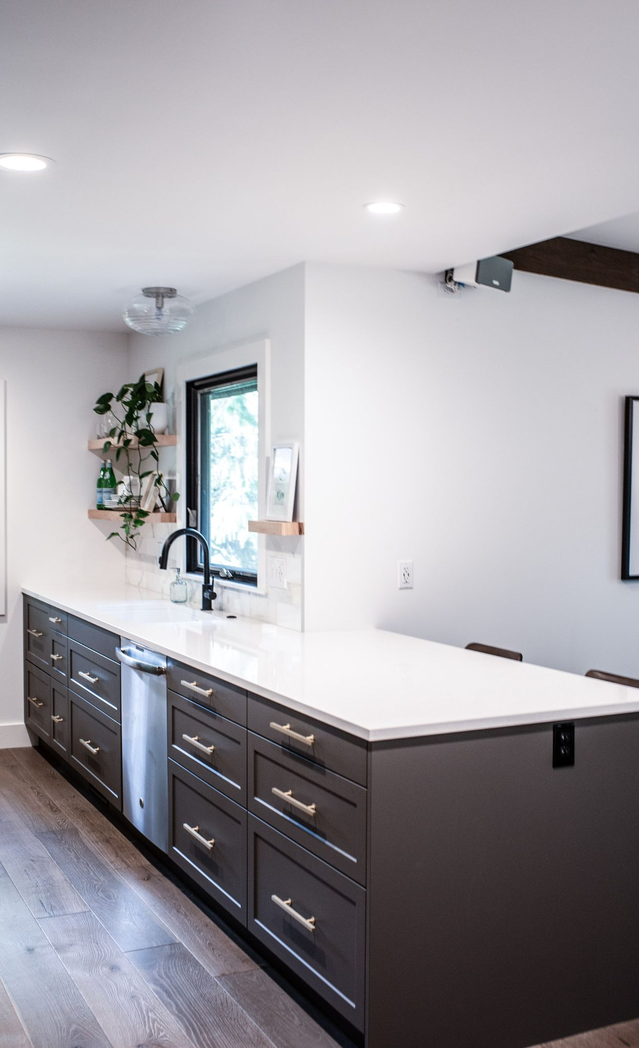 Cambria Newport paired with marble backsplash tile.