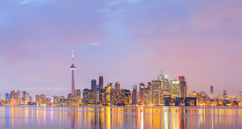 picture of the Toronto skyline at night