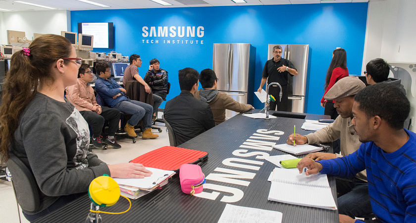 picture of Centennial College students in the Samsung Tech Institute lab