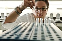 技术人员进行凝胶鲎试剂测定
