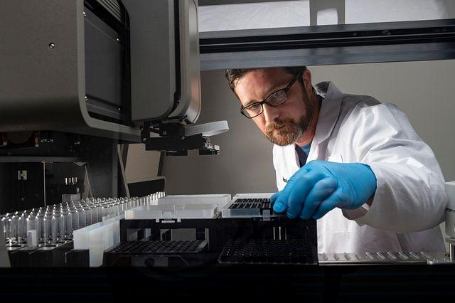 lab technician using Endosafe Nexus