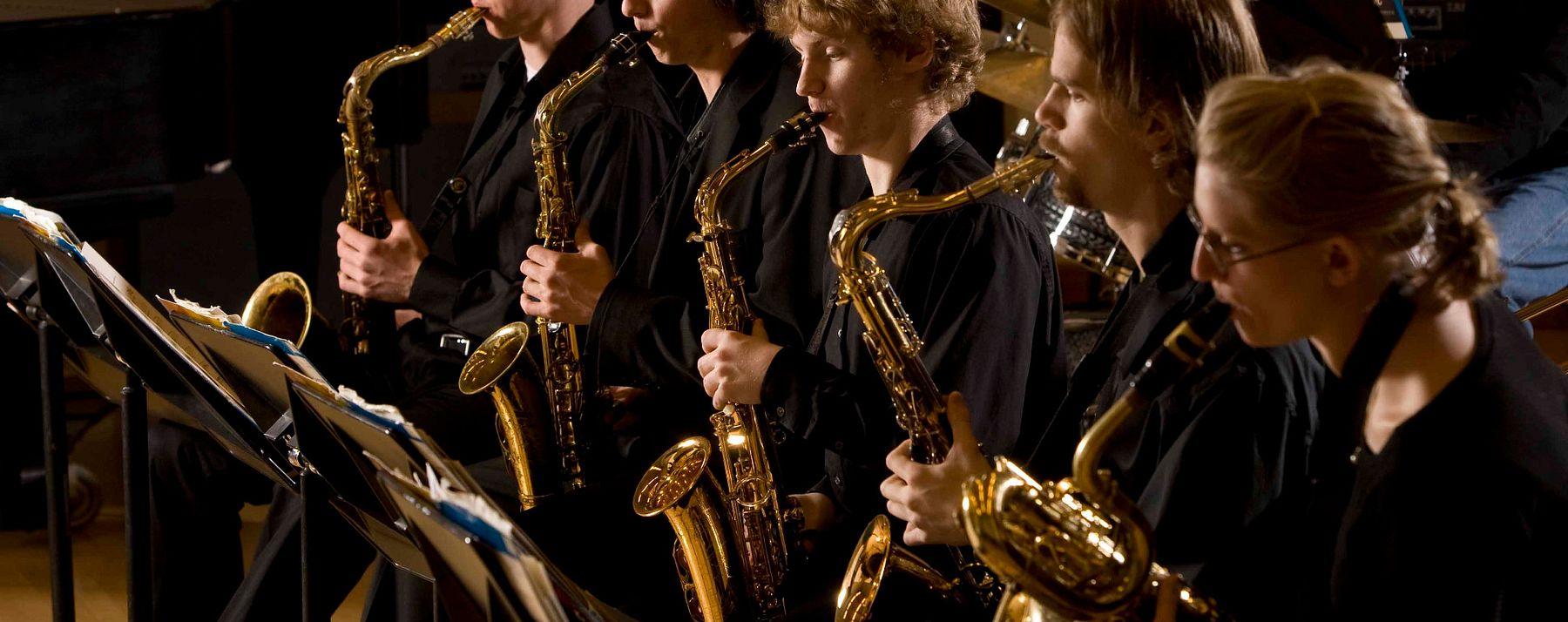 5 saxophonists