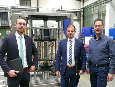 Olaf Staave, Design Manager at Rink (right) with Florian Berg, Technical Sales Consultant (left) and Bastian Mehr, Industry Manager Packaging Technology (both igus)