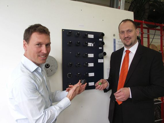 Thomas Vogel from TecnoSun Solar Systems (left) and Bernhard Hofstetter from igus look at how the individual bearings performed in the extensive tests performed in advance.