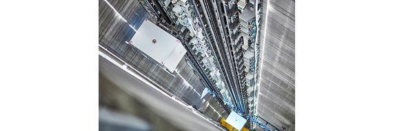 MULTI der seillose Aufzug mit Linearantriebtechnik kann sich vertikal und horizontal im Schacht bewegen