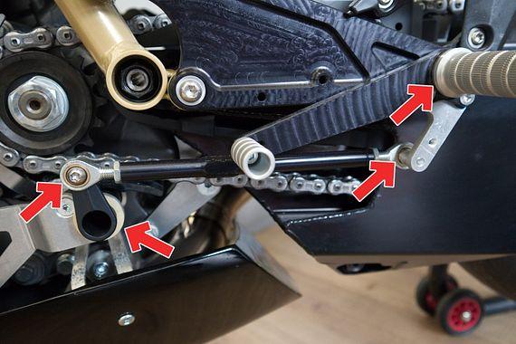 Bei den Fußrasten und dem Bremssystem kommen unterschiedliche igus Komponenten zum Einsatz. Die Gelenkköpfe sind hier noch nicht von igus.
