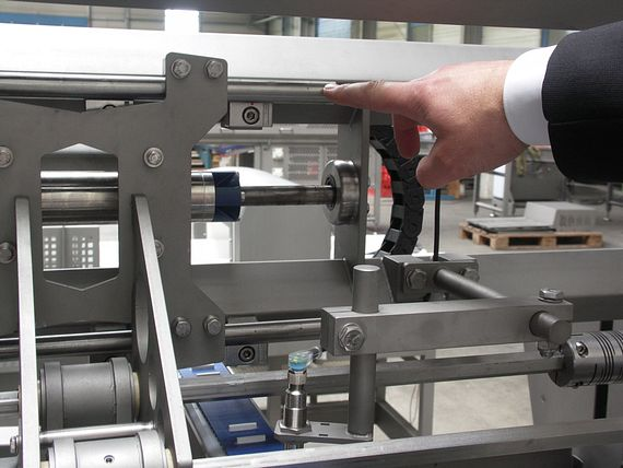 Linear guide in the area of the spreading mechanism.