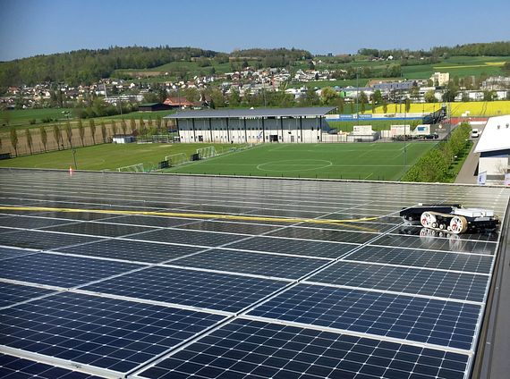 The hyCLEANER black SOLAR is used at the football stadium Stade de Suisse in Bern. There it regularly cleans more than 12,000 square metres of solar plant surface. (Source: TG hyLIFT GmbH)