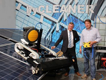 Gerald Voß (left), Technical Sales Consultant of igus, together with Andreas Grochowiak (right), CEO of TG hyLIFT GmbH.