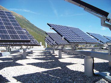 Vertikale Nachführsysteme sorgen ganztägig für höchste Ausnutzung der Sonnenenergie.