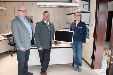 Also in the firm's own office: the height-adjustable pivot arm from Maschinenbau Schwering. Herbert Schwering (left) and Martina Schwering with igus' technical sales consultant, Gerald Voss; happy with the cooperation between the two family companies.