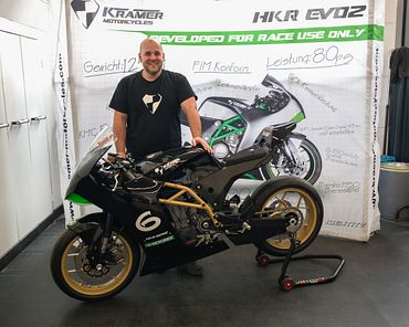 Markus Krämer, CEO and founder of KMC, and the Supermono bike HKR-EVO2.