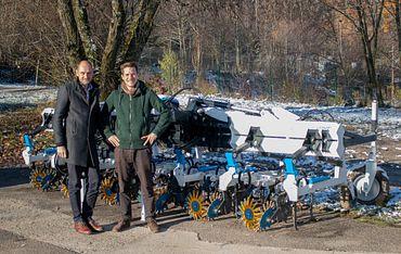 Klemens Ollmaier (rechts) von samo arbeitet seit vielen Jahren bei der Konstruktion von Landtechnikmaschinen mit igus Austria Geschäftsleiter Christoph Föttinger zusammen.