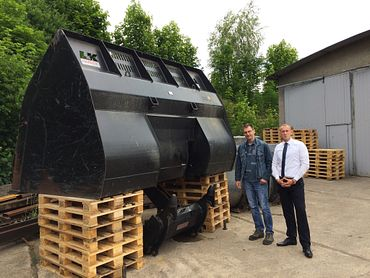 This 8.5m3 high-tip bucket is also equipped with iglidur bearings. On the left in the picture: Dipl.-Ing. / Design engineer Sven Gasterstädt from L&K, on the right: technical igus sales consultant Kevin Büttner.