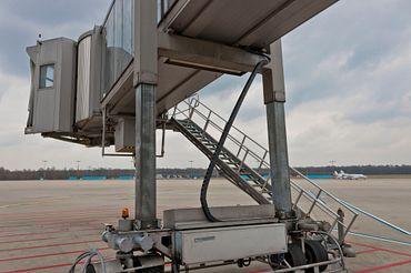 Fluggastbrücke mit Zick-zack e-kette am Flughafen Köln/Bonn