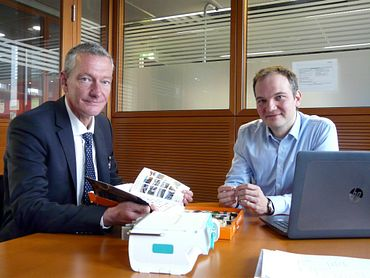 Dr. Dirk Aljets, Lead Engineer Infusion Pumps at B. Braun Melsungen AG (right). Left in the picture: Ulf Hottung, Industry Manager Medical Technology, igus GmbH