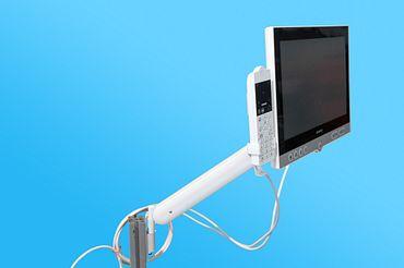 Mit dem höhenverstellbaren Schwenkarm können Patienten in Krankenhäusern komfortabel fernsehen und telefonieren.