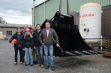 Not all buckets and grabs from L&K are as large as these - but all are characterised by extreme load capacity and long service life. Second from right: Design Engineer Roland Georgi. Third from right: Wolfgang Anderle, Managing Partner