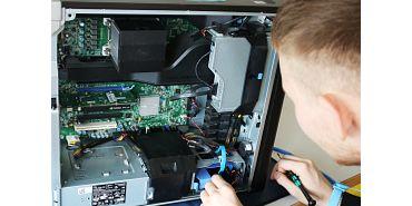 Azubi beim Prüfen eines alten Computers