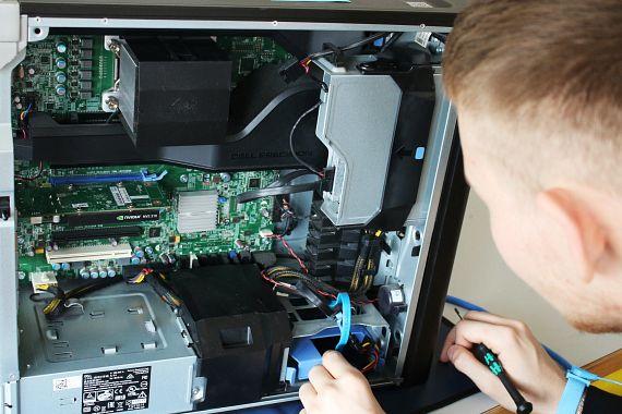 古いパソコンをチェックしている研修生