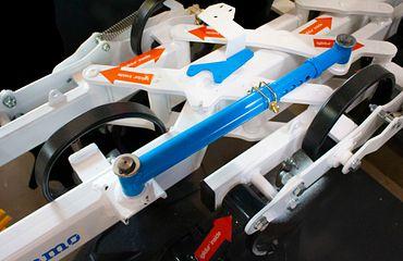 In der Parallelkinematik setzen die Konstrukteure pro Hackelement auf 18 schmiermittelfreie, und leichte Gleitlager aus dem Allrounder-Werkstoff iglidur G.