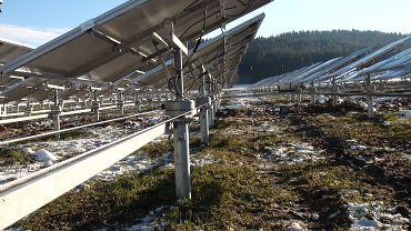 Photovoltaikanlage mit Nachführsystems auf Hausdach.