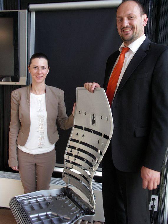 Corinna Graf (Nowy Styl) und Bernhard Hofstetter (igus) mit dem innovative Design des Bürostuhls Galileo.
