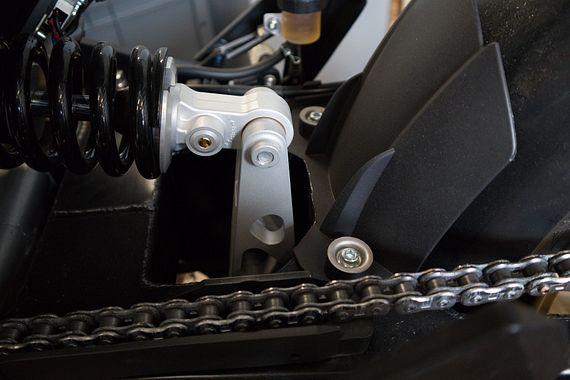 Der Link trägt dazu bei, Stöße auf das Hinterrad abzufangen.