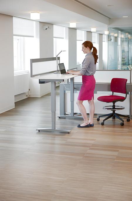 WorkUpTablewithCZPrivacyScreen TrellisPanel GrazieTaskStool femalemodel