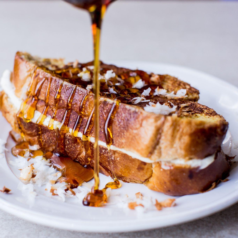 Sandwichs de pain doré garnis à la noix de coco