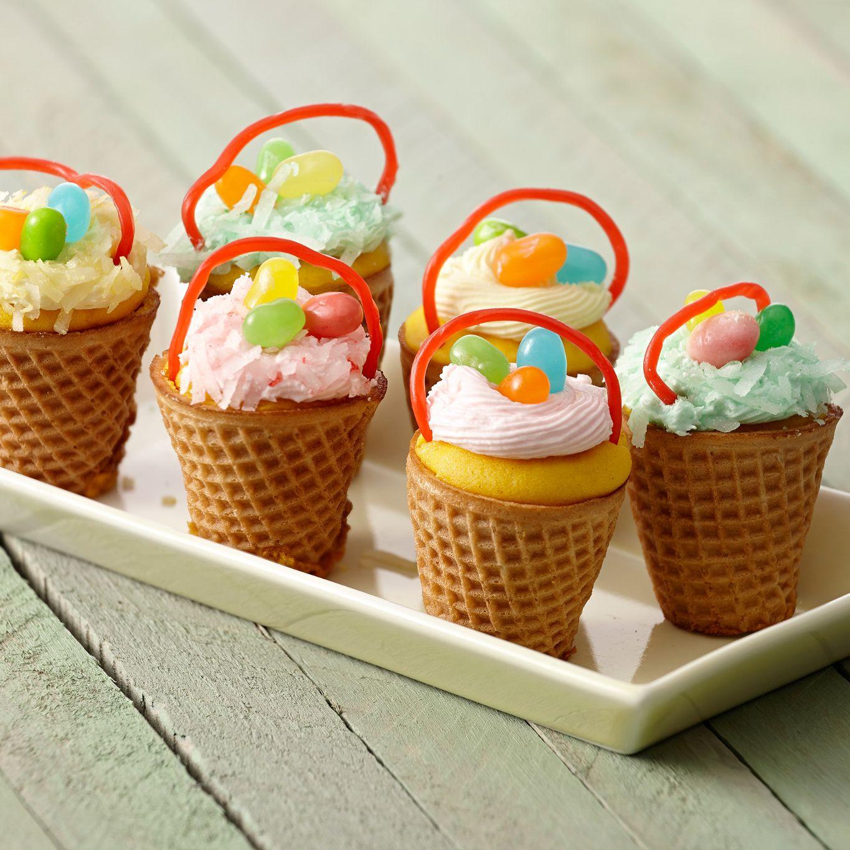 Petits gâteaux dans des paniers de Pâques