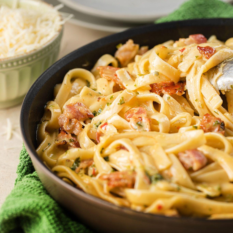 pasta_carbonara_with_basil_and_chili_pepper_4583.jpg