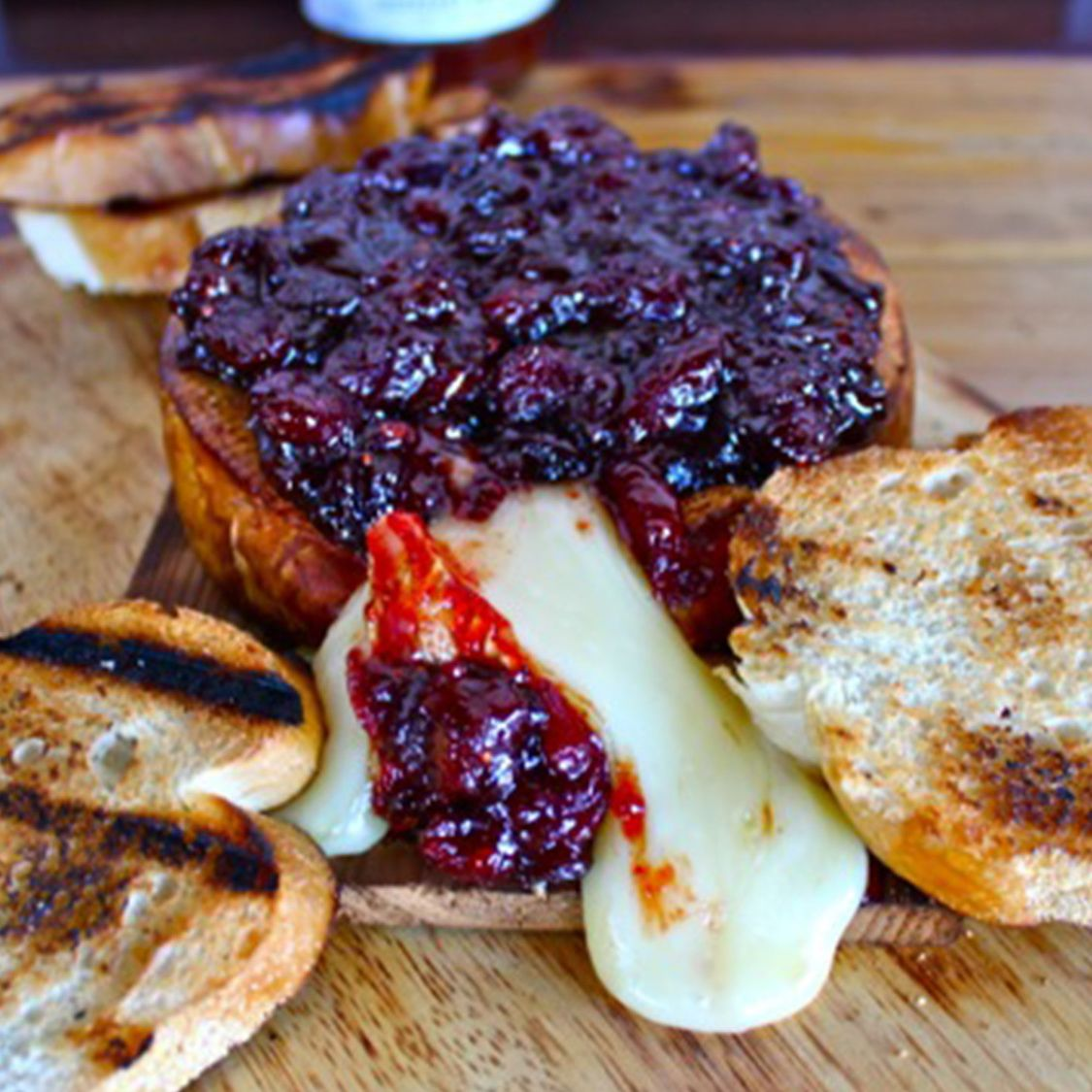 planked_brie_with_cranberry_chutney.jpg