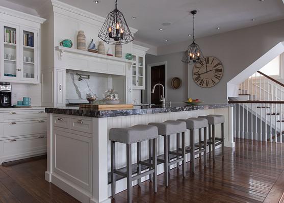 L'esthétique de la maison de campagne comprend un sol vieilli, du Fer forgé ainsi que des tables