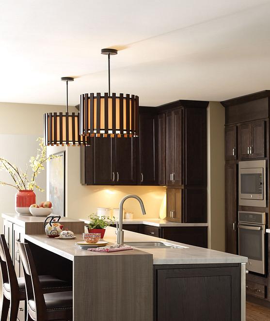 Ajoutez un éclairage suspendu et des chaises à votre îlot de cuisine