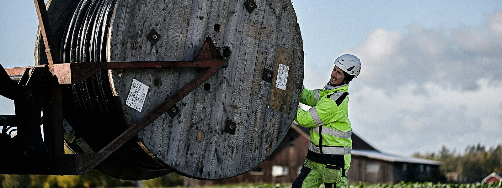 Cable worker pulling medium voltage cable from a drum
