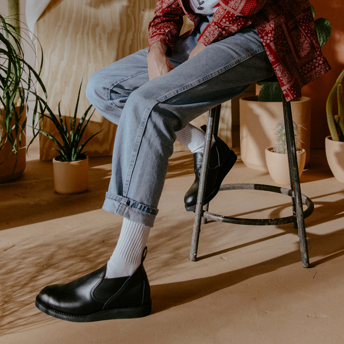Spring/Summer Collection Postman Romeo in Black Chaparral