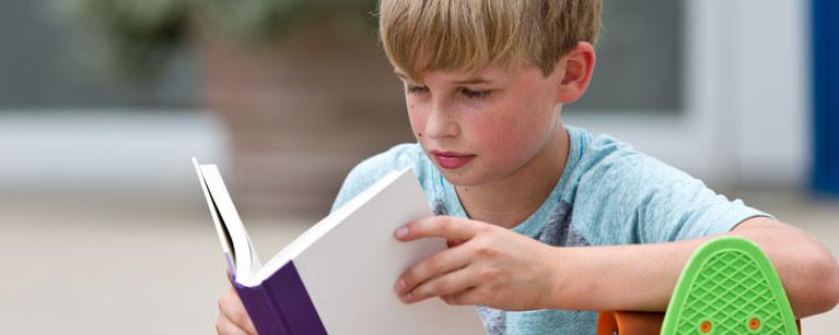 Box-photo-blonde-boy-reading