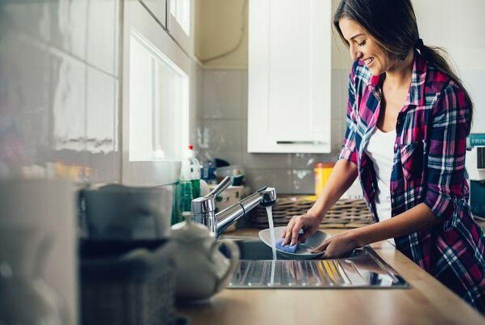 shea apartments lifestyle blog washing dishes