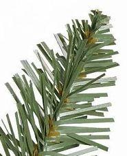 Nahaufnahme einer Classic Needle-Nadel aus flachem PVC an einem künstlichen Weihnachtsbaum von Balsam Hill