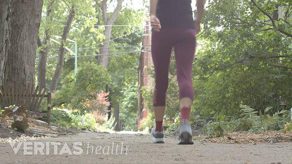 Femme s'éloignant sur le trottoir