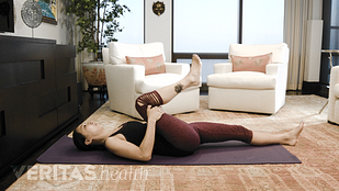 Image of the woman performing the single knee-to-chest isometric stretch for sacroiliac joint pain